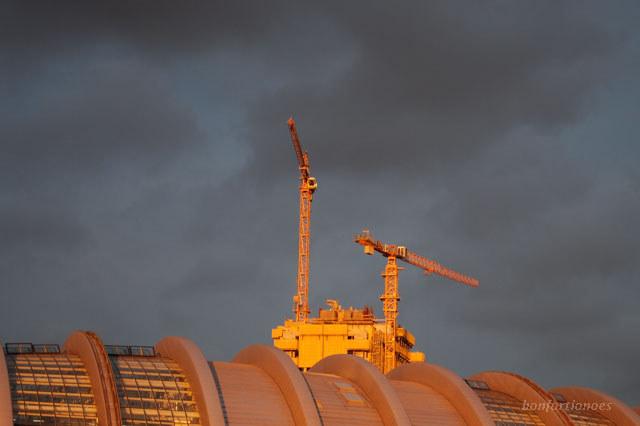Sommerliche Abendsonne taucht die Gürteltier-Struktur der Berliner Börse und die Kräne an der Waldorf-Astoria-Baustelle in ein fast unwirkliches goldenes Licht. Die Aufnahme entstand Ende Juli um kurz vor neun Uhr abends.