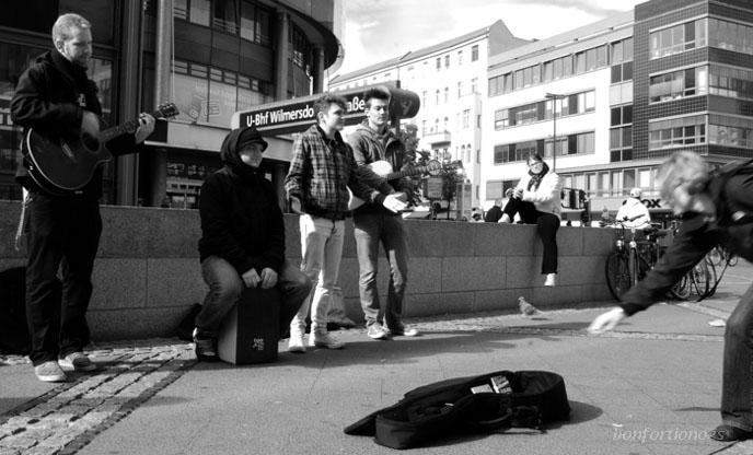 <i>'Harthof'</i> nennt sich die Band, <i>'Nichts was mir gefällt!'</i> heißt ihr, mit der die Vier derzeit durch Berlin touren. Dabei ist die Musik der Combo gar nicht schlecht. Fotografiert bei aktiver und rhythmischer Promotion für den nächsten Gig im <i>'Magnet Club'</i> (23.10.2010) heute in der Willmersdorfer Straße.
