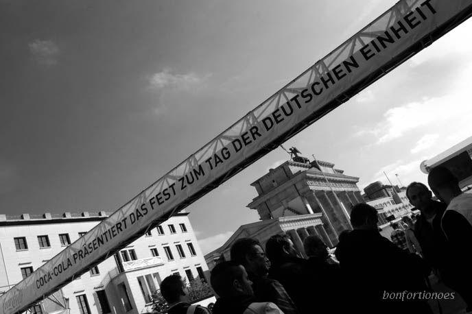 Ohne Worte. Banner über der Eingangskontrolle zum Fest des 20. Jahrestages der Deutschen Einheit in Berlin.
