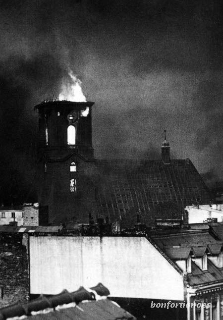 6. Oktober 1944. Etwa 1.200 Flugzeuge der US Air Force greifen Berlin an und lassen mehr als 800 Tonnen Bomben auf die Stadt prasseln.Es ist einer der schwersten Tagesangriffe des Jahres.  Besonders schwer wird Spandau getroffen. Die Nikolaikirch in der Altstadt brennt aus. Was dort noch steht, wird drei Wochen später (28.10.1944) bei einem Angriff der britischen Luftwaffe zerstört. (Foto: Privatarchiv Sven Hoch).