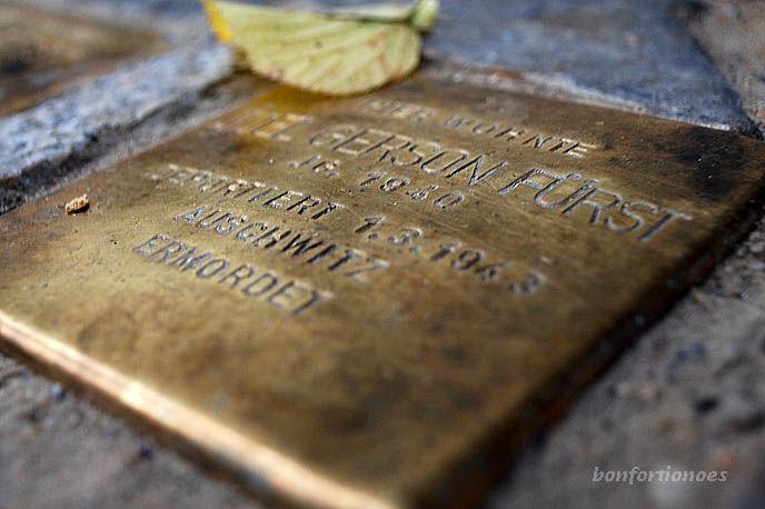 'Hier wohnte Joel Gerson Fürst. Jg. 1940. Deportiert 01.03.1943. Ausschwitz. Ermordert.' Stoplerstein in der Pestalozzistraße. Der dreijährige Junge wurde zusammen mit seinen Eltern deportiert und ermordet.