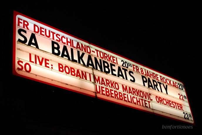 Programmtafel des Lido in Kreuzberg. Public-Viewing am Schlesischen Tor, anders als im Olympiastadion waren im Ex-Kino in der Cuvrystraße fast nur deutsche Fans. Und wir jubelten.