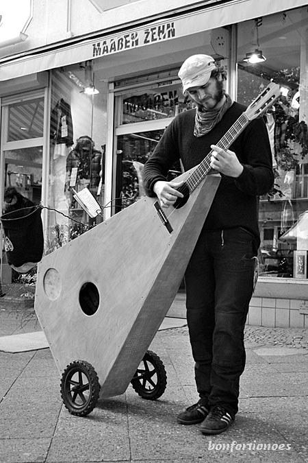 Großes Instrument, zarte Töne, sanfte Improvisationen: ganz seiner 'Gargange' gibt sich Matthias Illing in der Schöneberger Maaßenstraße hin. Die voluminöse 'Riesenlaute' ist eine Eigenkreation des Instrumentenbauers.