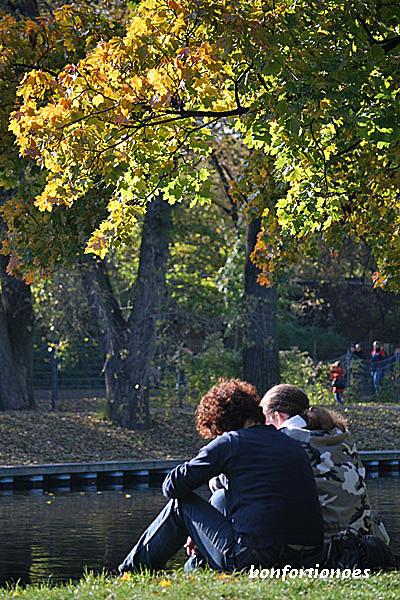 Die Herbstsonne genießen ganz frei nach Marie de Sévigné: einfach, weil strahlendes Wetter ist, dann auch, weil sich schon die kommenden Herbststürme vorausahnen lassen. Wie ein Geizhals jede Minute das auskosten, was Gottes Natur uns schenkt. Fotografiert gestern am Landwehrkanal in Berlins Tiergarten.