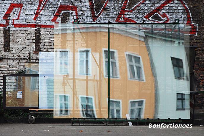 """Sag uns: welches ist das Schönste (Haus) im ganzen Land? Wobei sich das mit dem """"Land"""" geographisch auf die Adalbertstraße in Kreuzberg reduzieren lässt. Dort wetteifern zwei nicht mehr ganz taufrische Hausfassaden in den auf dem Hof wartenden Scheiben einer Glaserei um den Schönheitstitel. Ich glaube allerdings, dass keine der beiden Bauten die Gunst irgendeines """"Prinzen"""" wird erringen können. Trotzem sind die beiden Gebäude so ein Hingucker!"""