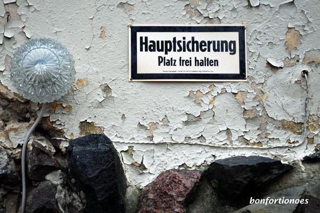 Die hohe Schule der Improvisation kann man am Schloss Güterfelde bei Potsdam bewundern - wenn auch auf einem Gebiet, das nicht bei jedem vertrauensvolle und wohlige Gefühler wegt. Diese Installationen hier stammen noch aus DDR-Zeiten, als das ehemalige Gutsschloss als Seniorenheim genutzt wurde.