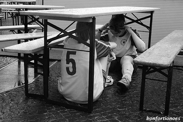 Ein einfacher Bierzelttisch bietet diesen beiden Kickerinnen Schutz vor einem heftigen Platzregen, der am Samstag Mittag über Charlottenburg niederprasselte. Die Szene habe ich in Neuen Kranlereck während eines Street-Soccer-Turniers für Frauenteams auf den Chip bannen können.
