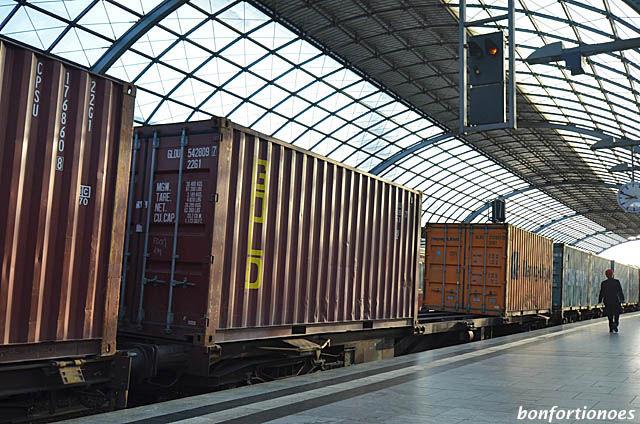 Mut zur Lücke - Containerzug im Bahnhof Spandau