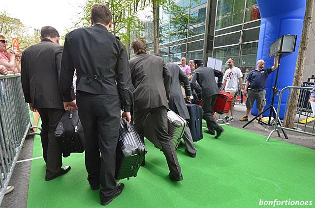 Start zum Pagensprint beim Berliner Kellnerderby heute auf dem Kudamm. Der fixeste Kofferträger kam übrigens aus dem ersten Haus am Platze, dem Adlon.