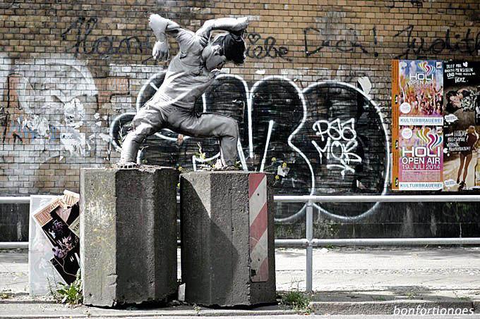 Mann mit Klotz am Bein