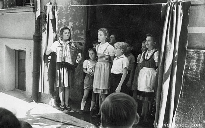 Kinder singen zum Erntedankfest 1947 in Kreuzberg
