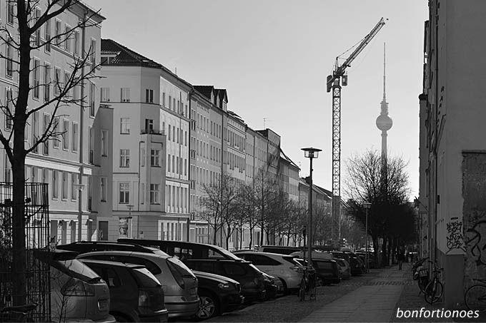 Berliner Fernsehturm am Haken
