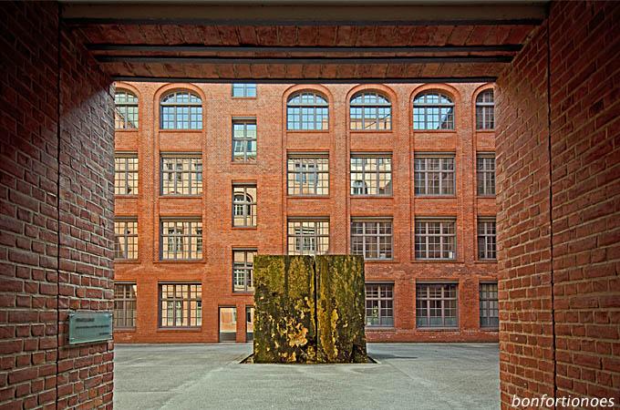 Quader im Hof eines Backsteingebäudes in Berlin-Friedrichshain