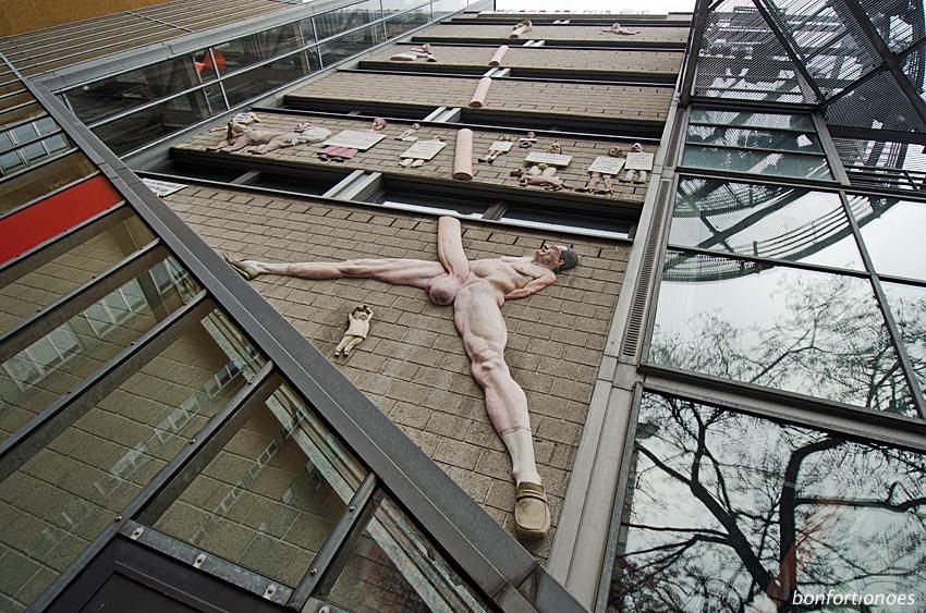 Penis-Skulptur am taz-Haus